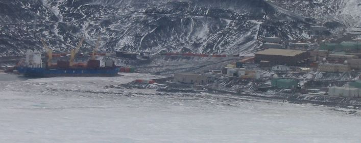 Container_ship_McMurdo.jpg (39118 bytes)