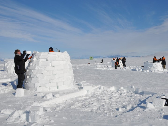 AFS_igloo_building.jpg (107090 bytes)