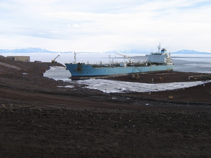Fuel_ship_ice_pier.jpg (101386 bytes)