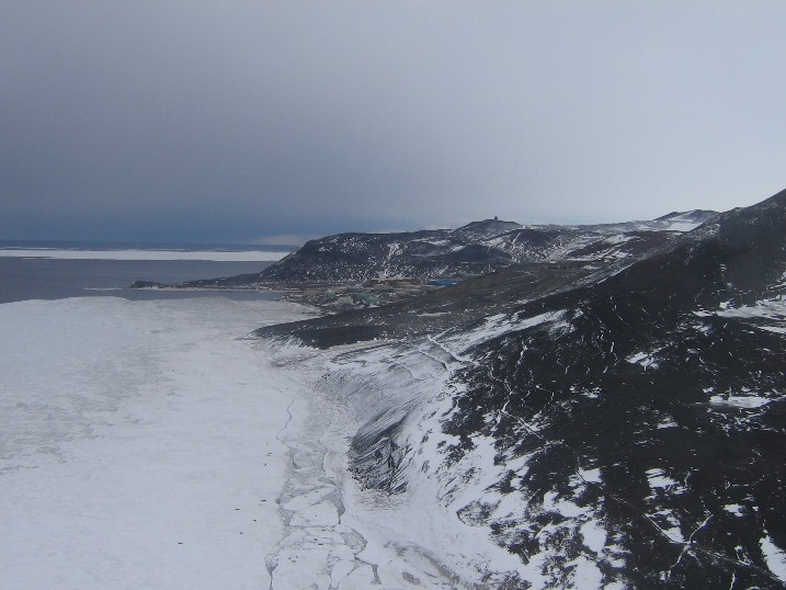 McMurdo_from_air.jpg (106958 bytes)